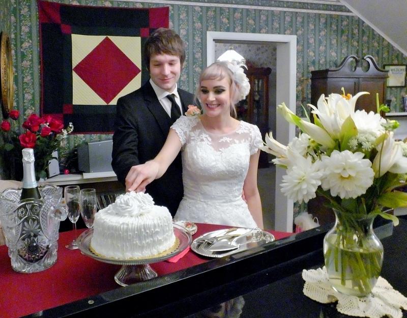 Oregon wedding couple cutting cake